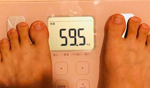 体重計が59.5㎏を示している