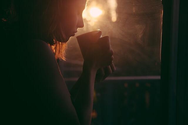 寂しそうにコーヒーを飲む女性