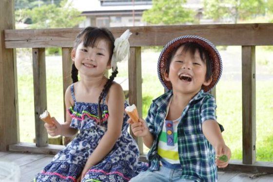 アイスを食べる子供たち