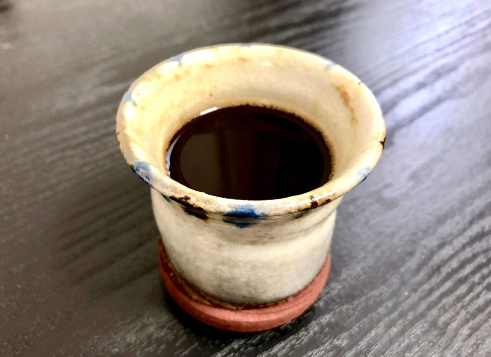 陶器に入れたコーヒー