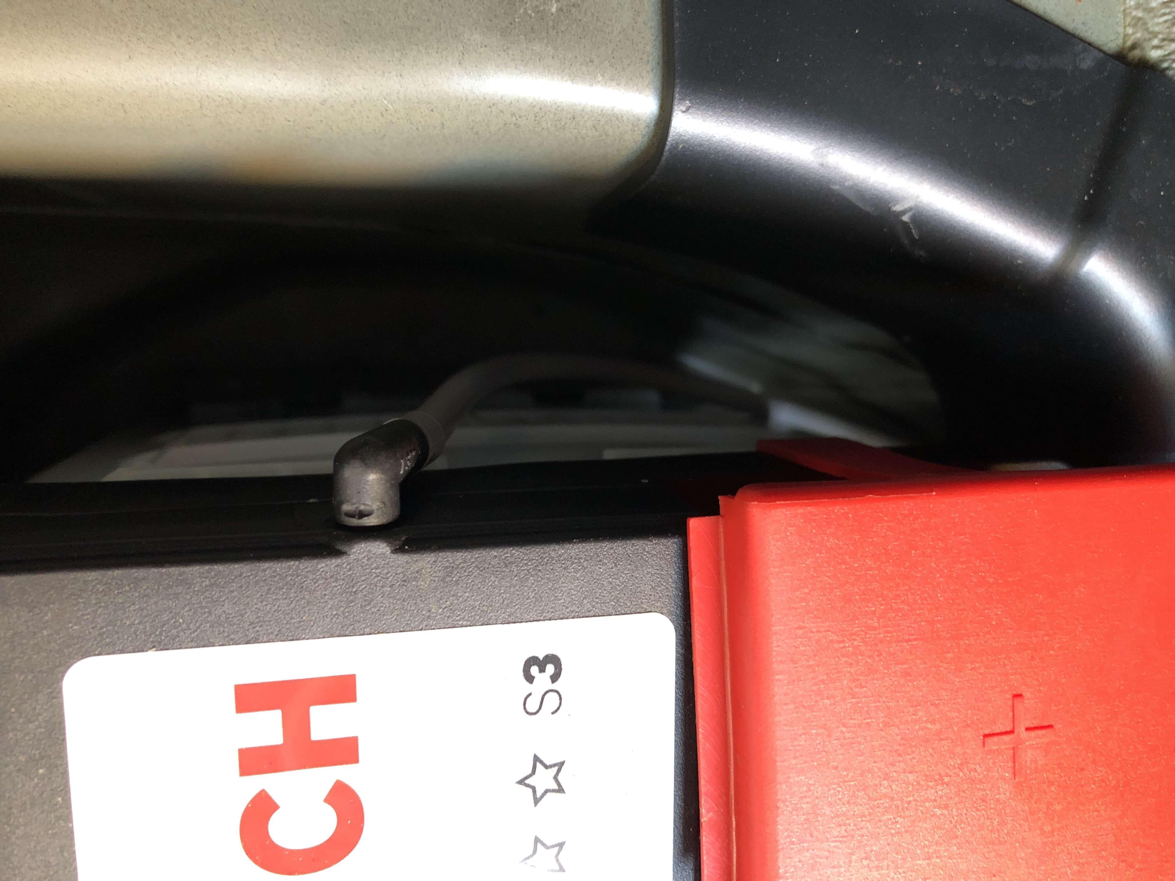 BMWZ3のバッテリーのガス抜きパイプ