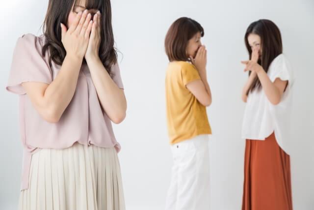 陰口を言われて泣いている女性