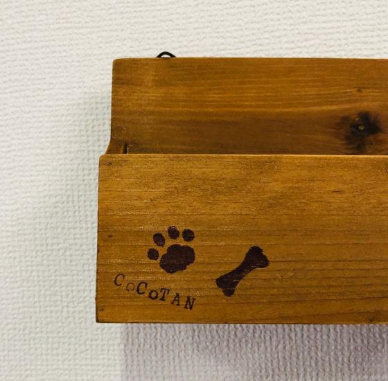 木製の小物入れに消しゴムはんことアルファベットスタンプを押したところ「その2」