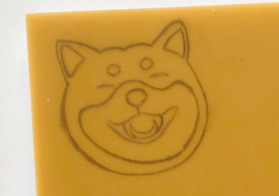笑っている柴犬のイラストを消しゴムはんこの板に転写したところ