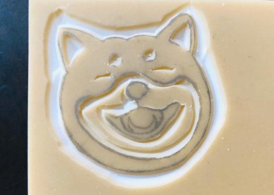 笑っている柴犬の顔の内側を掘っているところ
