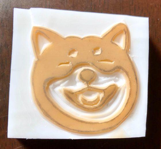 周りの部分を取り除いて完成した笑っている柴犬の消しゴムはんこ